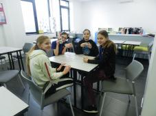 Učenice osnovne škole igraju igru memorije