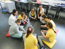 Okupljeni učenici u krug igraju igru pamćenja