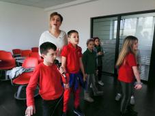 Učenik Savremene škole peva karaoke