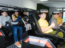 Učenici koriste VR naočare