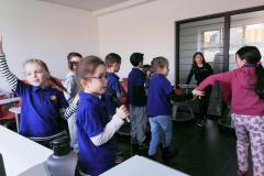 Učenici pevaju pesme u školi