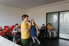 Đak u osnovnoj školi peva na mikrofon