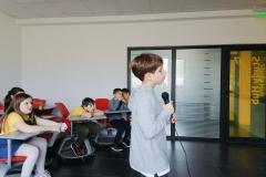 Dečak peva na mikrofon