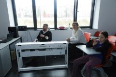 Profesori i učenica u muzičkom kabinetu