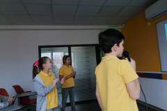 Đaci pevaju karaoke pesme