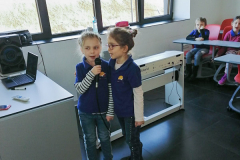 Devojčice pevaju na mikrofon