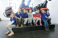 Učenici Savremene škole pored VR Starshipa