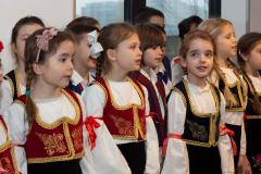 Devojčice obučene u narodnu nošnju za školsku slavu
