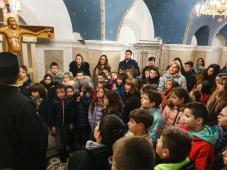 Deca okupljena oko đakona u Hramu Sveti Sava