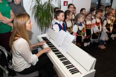 Učiteljica Savremene škole za klavirom