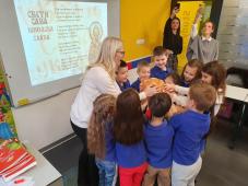 Slavski kolač se vrti u krug u školi