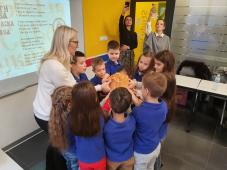 Učiteljica i osnovci lome slavski kolač
