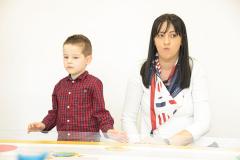 Dečak u školi sa mamom
