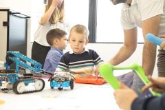 Učenik gleda robota na školskom stolu