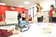 Robot na STEM stolu u školi