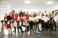Nastavnici i njihova deca sede okupljeni