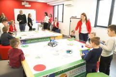 Učenici koriste STEM tablu za zabavu