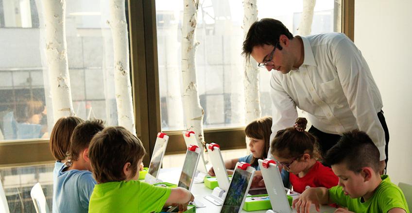 Učitelj i đaci na interaktivnom času
