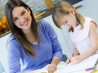 Devojčica uči uz maminu pomoć