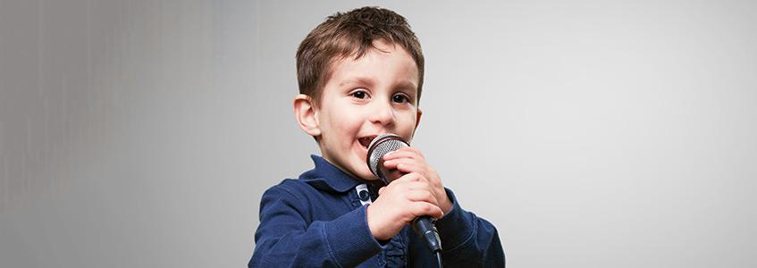Dečak recituje pesmu