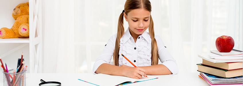 Devojčica radi domaći zadatak s razumevanjem