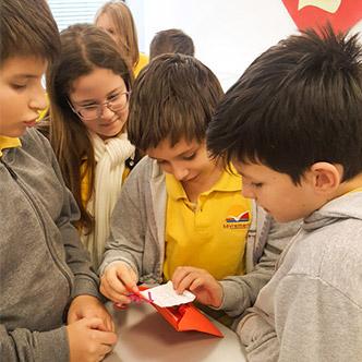 Četvrtaci otvaraju poklone i poruke