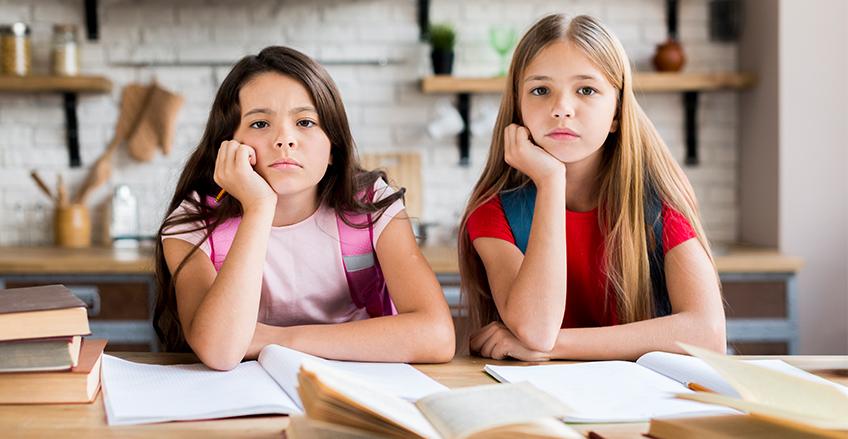 dete nezainteresovano za školu sedi na času