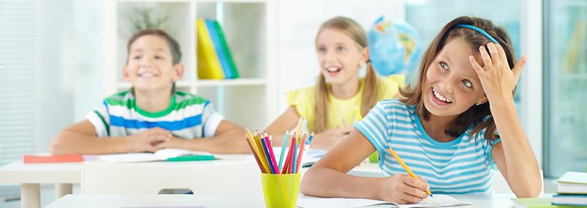 Radoznala deca sede u školi