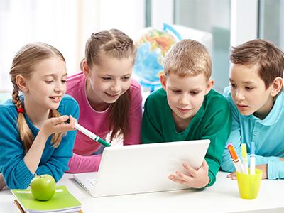 Deca okupljena oko računara
