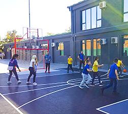 Učenici na sportskom terenu