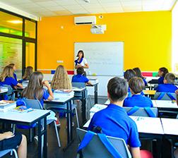 Učenici i nastavnica na času