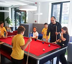 Učenici igraju bilijar
