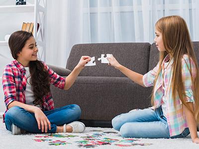 Deca sklapaju puzzle