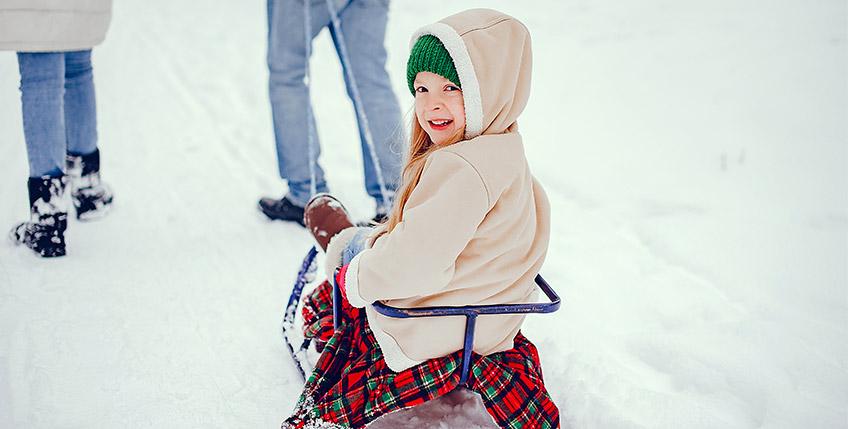 Dete se sanka na zimskom raspustu