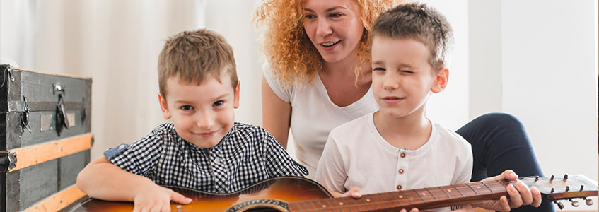 Deca sviraju gitaru