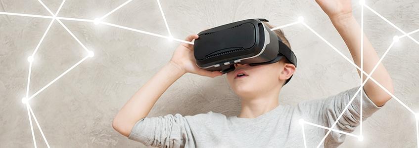 Učenik koristi VR tehnologiju