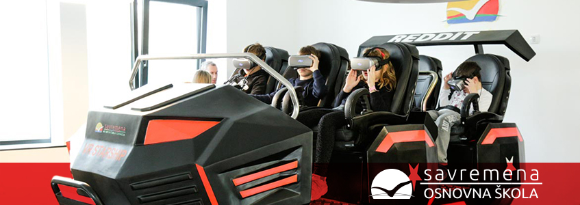mališani probaju vožnju sa VR naočarima