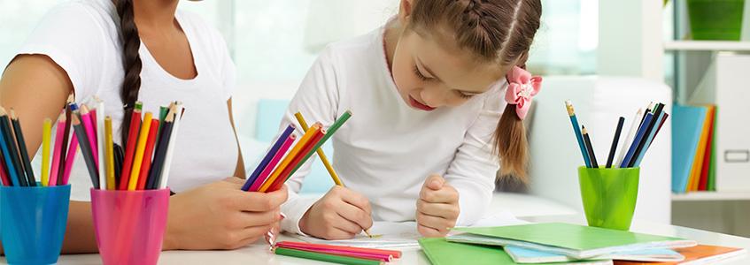 učenici crtaju na času likovnog