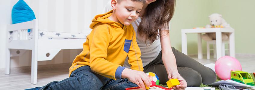 roditelj pomaže detetu da savlada matematiku