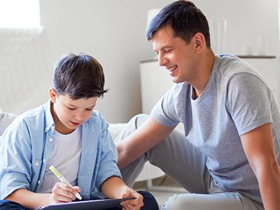 roditelj objašnjava detetu domaće zadatke